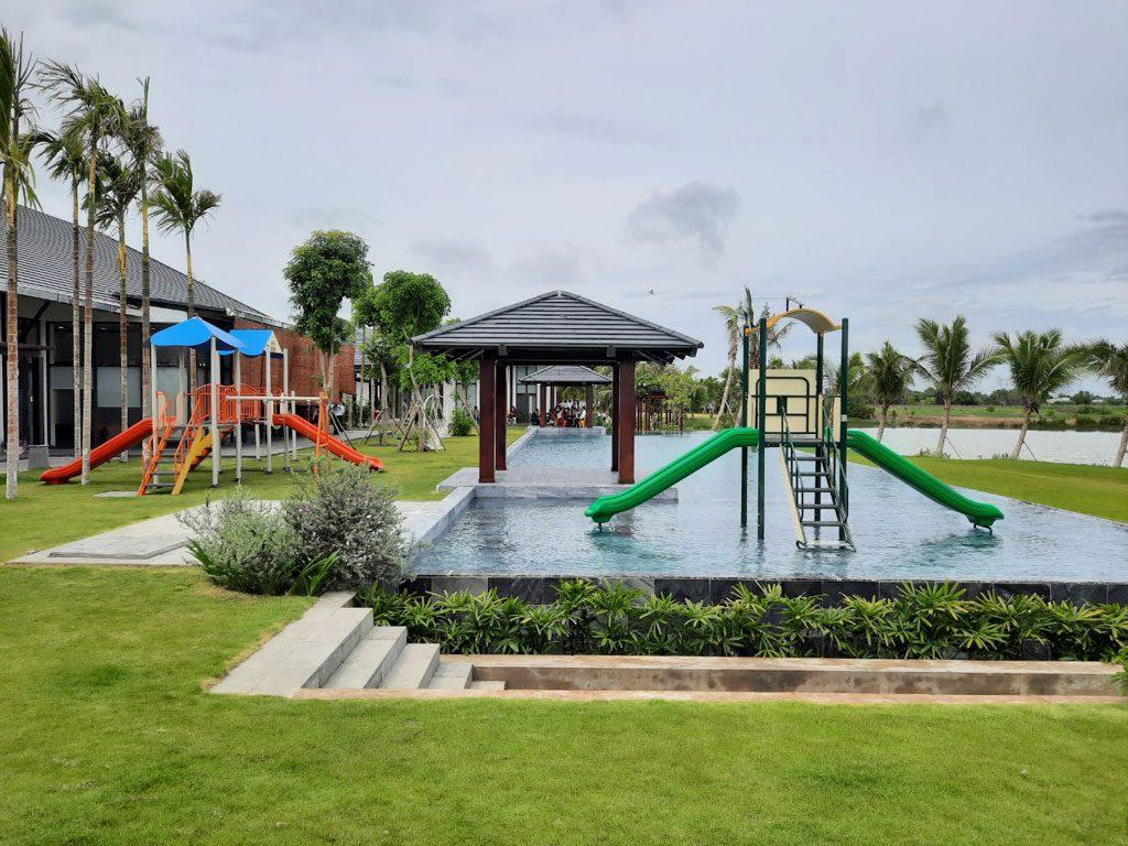Hồ bơi tràn bờ rộng lớn cùng khuôn viên chơi dành cho trẻ em trong trụ sở